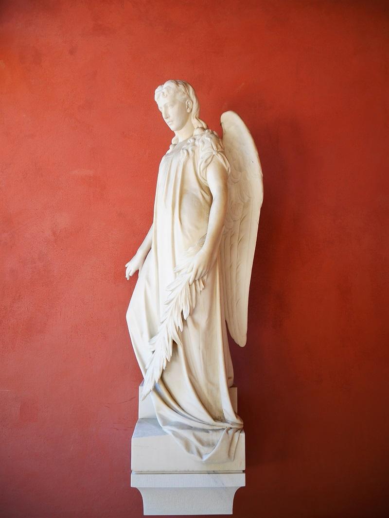 Engel mit Palmzweig vor der Friedhofskapelle