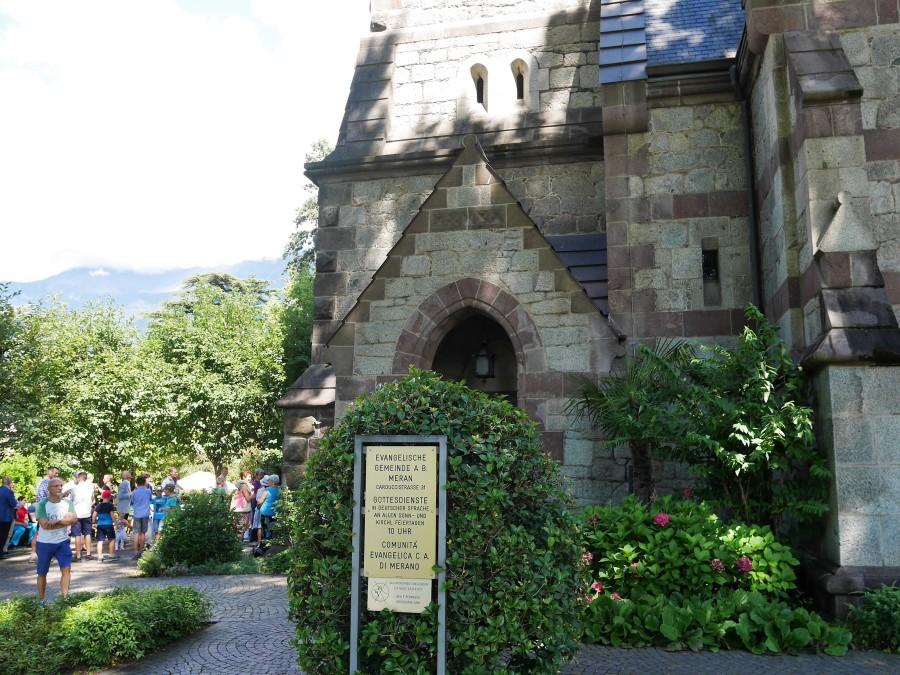 Kirche mit Menschen